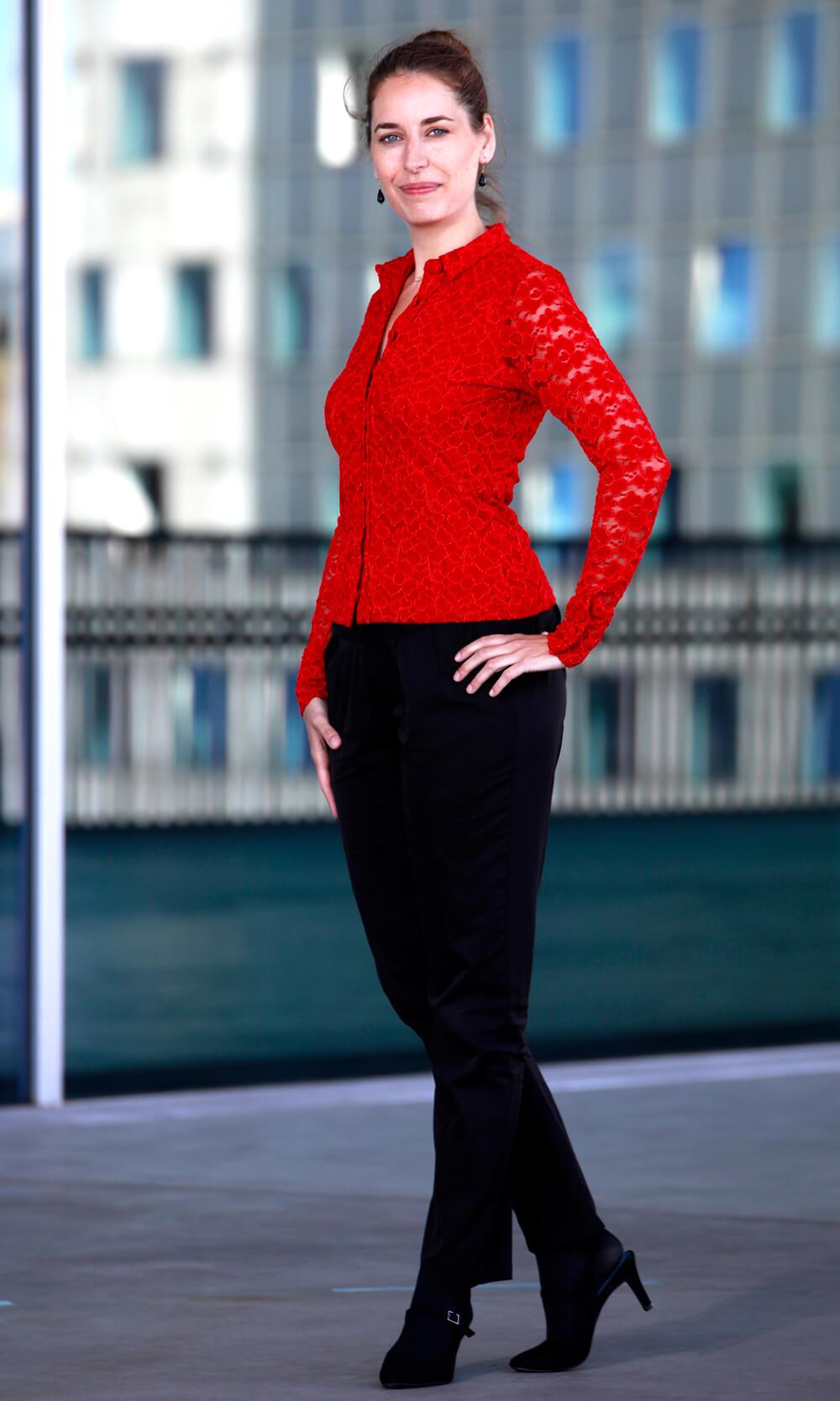 Rød blondeskjorte