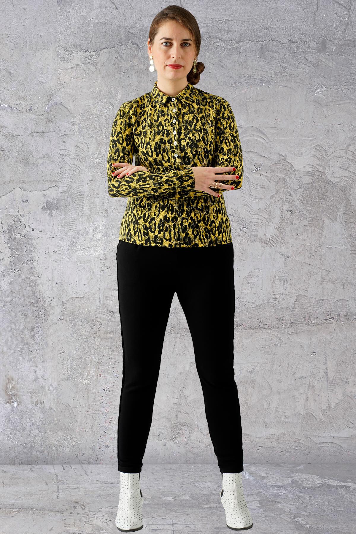 Sort og gul dyreprint skjorte