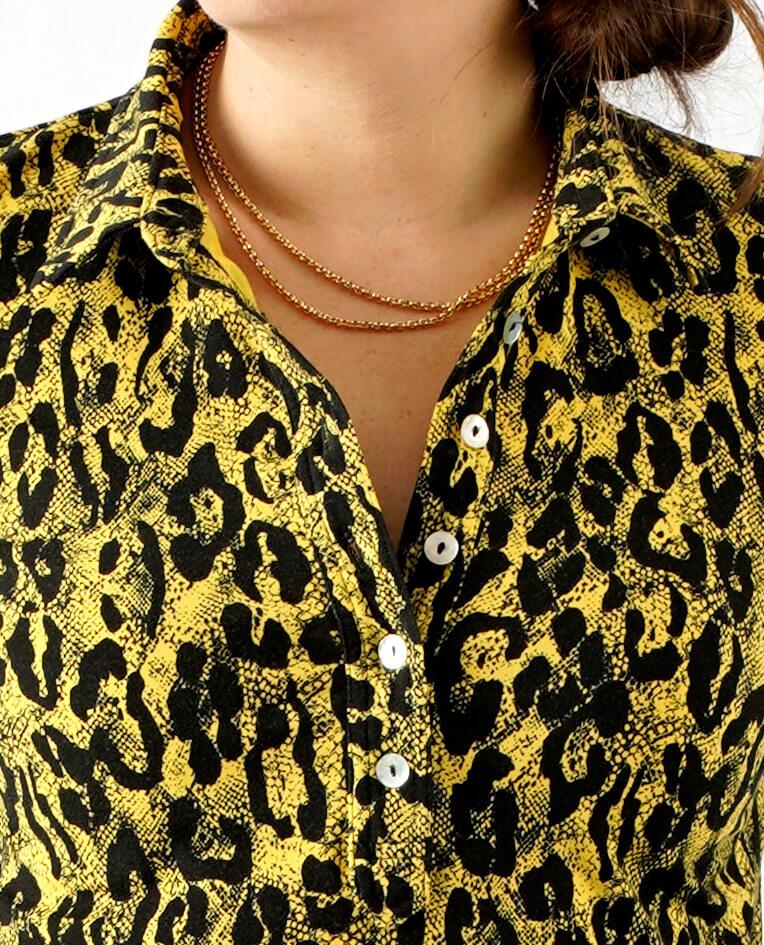 Sort og gul leopard skjorte